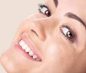 Image of a Smilling lady with brighter teeth